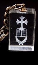 Sleutelhanger kristal open handen met Bijbel en kruis